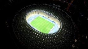 Παίκτες που παίζουν το ποδόσφαιρο στο τεράστιο στάδιο στη νύχτα, παιχνίδι ποδοσφαίρου, εναέρια άποψη φιλμ μικρού μήκους