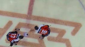 Παίκτες χόκεϋ πάγου στην αίθουσα παγοδρομίας Οι παίκτες χόκεϋ πάγου στην αίθουσα παγοδρομίας αρχίζουν το pla και το χτύπημα με έν φιλμ μικρού μήκους