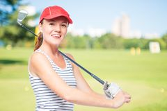 Παίκτης γκολφ που βάζει το ραβδί γκολφ στον ώμο χαμογελώντας Στοκ φωτογραφίες με δικαίωμα ελεύθερης χρήσης