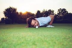 Παίκτης γκολφ που ελέγχει τη γραμμή putt σε πράσινο στοκ εικόνες με δικαίωμα ελεύθερης χρήσης