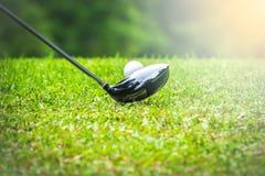 Παίκτης γκολφ που χτυπά τη σφαίρα γκολφ στο γράμμα Τ από τη ζώνη στο γήπεδο του γκολφ Στοκ Εικόνες