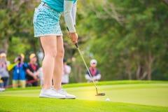 Παίκτης γκολφ που χτυπά το γκολφ στην τρύπα στο γήπεδο του γκολφ Στοκ Φωτογραφία