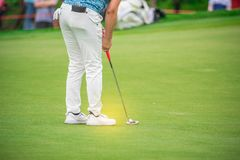 Παίκτης γκολφ που χτυπά το γκολφ στην τρύπα στο γήπεδο του γκολφ Στοκ εικόνες με δικαίωμα ελεύθερης χρήσης