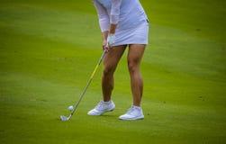 Παίκτης γκολφ που χτυπά το γκολφ στην τρύπα στο γήπεδο του γκολφ Στοκ εικόνα με δικαίωμα ελεύθερης χρήσης