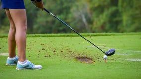 Παίκτης γκολφ που χτυπά το γκολφ στην τρύπα στο γήπεδο του γκολφ Στοκ Εικόνες