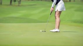 Παίκτης γκολφ που χτυπά το γκολφ στην τρύπα στο γήπεδο του γκολφ Στοκ φωτογραφία με δικαίωμα ελεύθερης χρήσης