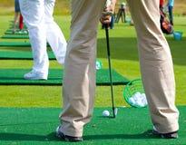 Παίκτης γκολφ έτοιμος να τοποθετήσει στο σημείο αφετηρίας μακριά Στοκ εικόνες με δικαίωμα ελεύθερης χρήσης