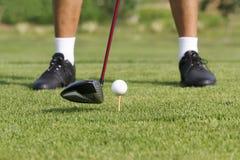 Παίκτης γκολφ έτοιμος να τοποθετήσει στο σημείο αφετηρίας μακριά Στοκ φωτογραφία με δικαίωμα ελεύθερης χρήσης