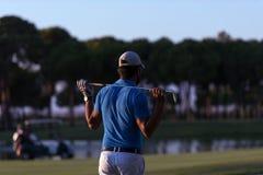 Παίκτης γκολφ από πίσω στη σειρά μαθημάτων που κοιτάζει στην τρύπα στην απόσταση Στοκ φωτογραφίες με δικαίωμα ελεύθερης χρήσης