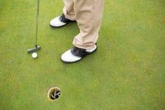 Παίκτης γκολφ για να τοποθετήσει στο σημείο αφετηρίας περίπου μακριά Στοκ Εικόνα