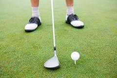 Παίκτης γκολφ για να τοποθετήσει στο σημείο αφετηρίας περίπου μακριά Στοκ Εικόνες