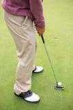 Παίκτης γκολφ για να τοποθετήσει στο σημείο αφετηρίας περίπου μακριά Στοκ φωτογραφία με δικαίωμα ελεύθερης χρήσης