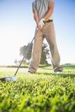 Παίκτης γκολφ για να χτυπήσει περίπου τη σφαίρα γκολφ Στοκ εικόνες με δικαίωμα ελεύθερης χρήσης