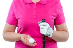 Παίκτης γκολφ που κρατά ένα γκολφ κλαμπ και μια σφαίρα θωρακικό σε επίπεδο Στοκ Φωτογραφίες