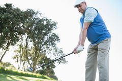 Παίκτης γκολφ που κρατά το γκολφ κλαμπ του Στοκ Εικόνες