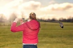 Παίκτης γκολφ που προσέχει την κίνησή της από το γράμμα Τ Στοκ φωτογραφία με δικαίωμα ελεύθερης χρήσης