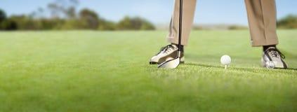 Παίκτης γκολφ που τοποθετεί τη σφαίρα γκολφ στο γράμμα Τ Στοκ Εικόνα