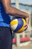 Παίκτης πετοσφαίρισης παραλιών και παιχνίδι σφαιρών Στοκ Εικόνες