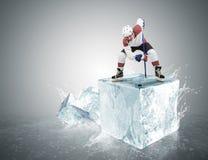 Παίκτης χόκεϋ πάγου στον κύβο πάγου κατά τη διάρκεια πρόσωπο-μακριά Στοκ εικόνα με δικαίωμα ελεύθερης χρήσης
