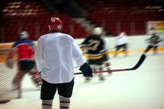 Παίκτης χόκεϋ στο γενικό άσπρο εξοπλισμό Στοκ εικόνα με δικαίωμα ελεύθερης χρήσης