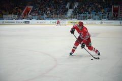 Παίκτης χόκεϋ της λέσχης Avtomobilist Yekaterinburg Philip Metlyuk χόκεϋ Στοκ Εικόνα