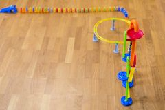 Παίξτε τα ντόμινο μωρών στο πάτωμα στο δωμάτιο διάστημα αντιγράφων στοκ εικόνα με δικαίωμα ελεύθερης χρήσης