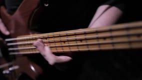 Παίξτε τη βαθιά κιθάρα απόθεμα βίντεο