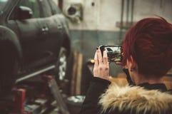 Παίρνει μια φωτογραφία στην υπηρεσία του σπασμένου αυτοκινήτου στοκ φωτογραφίες