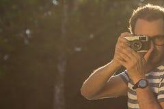 Παίρνοντας μια φωτογραφία υπαίθρια Στοκ φωτογραφία με δικαίωμα ελεύθερης χρήσης