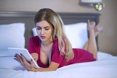 Παίρνοντας την επιχείρηση παντού, ακόμη και στο κρεβάτι στοκ εικόνες με δικαίωμα ελεύθερης χρήσης