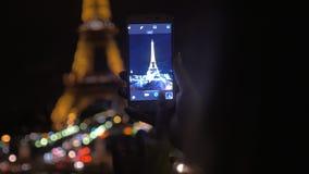 Παίρνοντας τον πυροβολισμό του πύργου του Άιφελ με κινητό τη νύχτα απόθεμα βίντεο