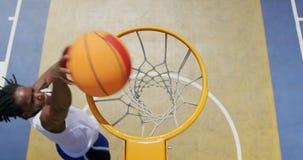 Παίχτης μπάσκετ αφροαμερικάνων που παίζουν την καλαθοσφαίριση 4k απόθεμα βίντεο