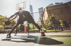 Παίχτης μπάσκετ που παίζει σκληρά Στοκ Φωτογραφία