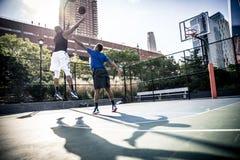 Παίχτης μπάσκετ που παίζει σκληρά Στοκ εικόνα με δικαίωμα ελεύθερης χρήσης