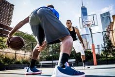Παίχτης μπάσκετ που παίζει σκληρά Στοκ Εικόνες