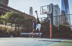 Παίχτης μπάσκετ που παίζει σκληρά Στοκ φωτογραφία με δικαίωμα ελεύθερης χρήσης