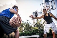 Παίχτης μπάσκετ που παίζει σκληρά Στοκ Εικόνα