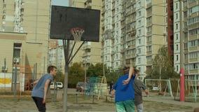 Παίχτης μπάσκετ που παίζουν streetball το παιχνίδι στο δικαστήριο απόθεμα βίντεο