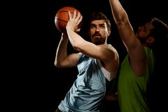 Παίχτης μπάσκετ που χρησιμοποιεί το δυσάρεστο τρυπάνι στοκ φωτογραφία