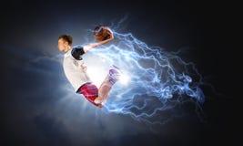 Παίχτης μπάσκετ στην πυρκαγιά στοκ φωτογραφίες