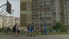 Παίχτης μπάσκετ στη δράση που παίζει υπαίθρια φιλμ μικρού μήκους