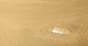 Παίχτης πρώτης βάσης που τοποθετείται στο Infield ενός διαμαντιού μπέιζ-μπώλ στοκ εικόνες με δικαίωμα ελεύθερης χρήσης