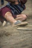 Παίχτης του μπέιζμπολ που φθάνει στη βάση κατά τη διάρκεια του παιχνιδιού στο δικαστήριο Στοκ φωτογραφία με δικαίωμα ελεύθερης χρήσης