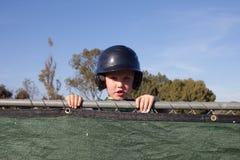 Παίχτης του μπέιζμπολ που κρυφοκοιτάζει πέρα από σκαμμένο έξω Στοκ εικόνα με δικαίωμα ελεύθερης χρήσης