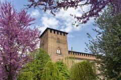 Παβία, Ιταλία: το μεσαιωνικό κάστρο στην άνοιξη στοκ φωτογραφία