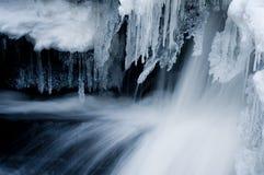 Παγάκια και γρήγορο νερό Στοκ εικόνες με δικαίωμα ελεύθερης χρήσης
