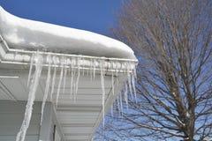 Παγάκια και χιόνι στη στέγη Στοκ Εικόνες
