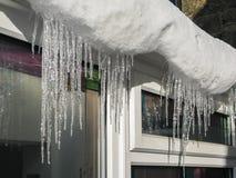 Παγάκια που κρεμούν από στη στέγη ενός sunroom Στοκ Εικόνα