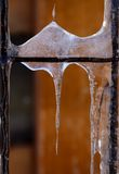 Παγάκια σε έναν παλαιό φράκτη μετάλλων Στοκ φωτογραφία με δικαίωμα ελεύθερης χρήσης