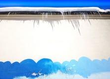 Παγάκια στεγών με τα σύννεφα οδών που σύρουν το υπόβαθρο Στοκ Φωτογραφία